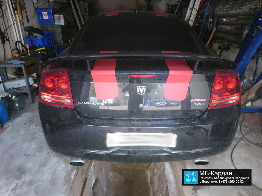 Dodge Charger в боксе на снятии карданного вала